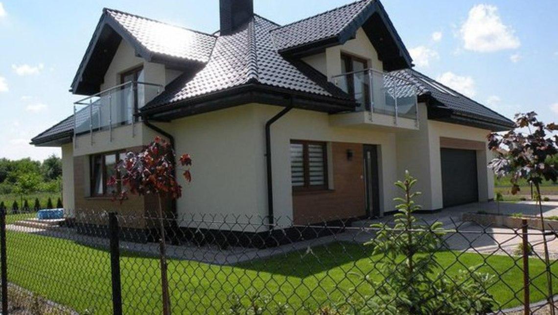 Проект дома с фасадными окнами и гаражом для двух автомобилей