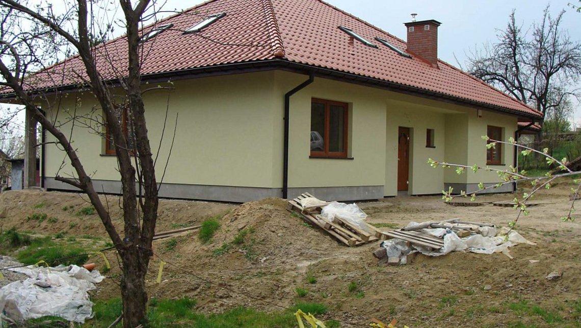 Проект дома с многоскатной кровлей, эркером и камином