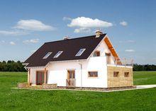 Привлекательный двухэтажный дом с просторными балконами