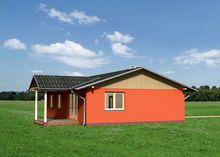 Уютный загородный дом компактного размера с крыльцом и террасой