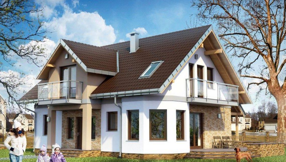 Двухэтажный жилой дом с тремя балконами
